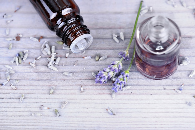 Olejek eteryczny z lawendy w butelce i suszonych kwiatach