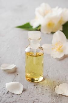 Olejek jaśminowy. aromaterapia z olejem jaśminowym i mydłem. kwiat jaśminu.