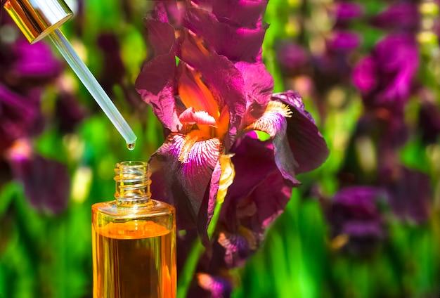 Olejek kosmetyczny w przezroczystej fiolce z zakraplaczem