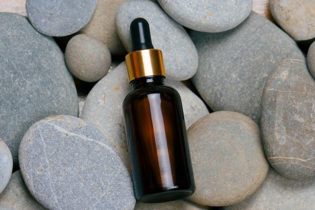 Olejek pielęgnacyjny z widokiem z góry na szarym kamiennym tle