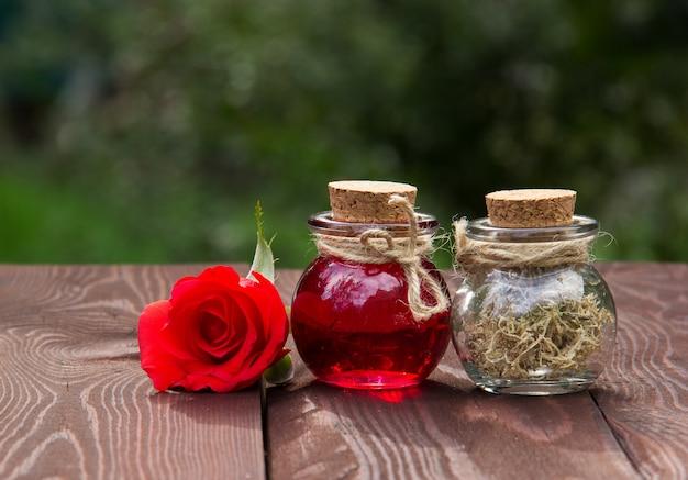 Olejek różany i suszone zioła, kosmetyki naturalne