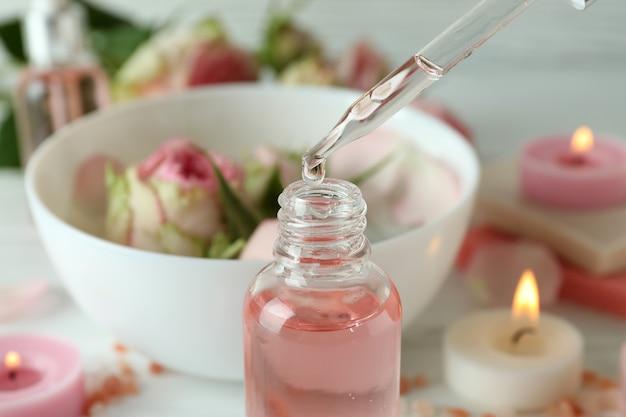 Olejek różany spadający ze szklanego zakraplacza do butelki