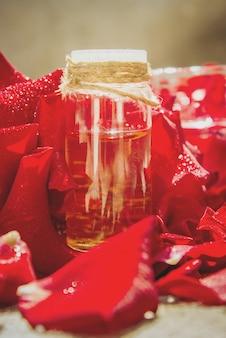 Olejek różany w małym słoiku. selektywna ostrość.