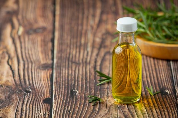 Olejek rozmarynowy w butelce z roślinami rozmarynu