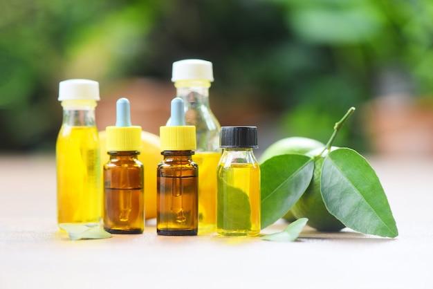 Olejki eteryczne - aromaterapia aromatyczne butelki olejków ziołowych z formułami limonki cytryny ziołowej i natury