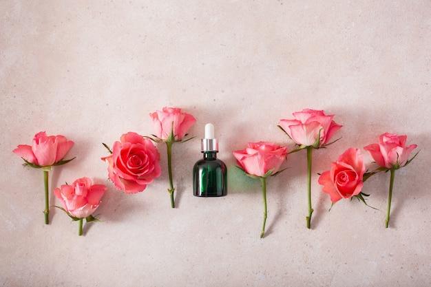 Olejki eteryczne w butelkach kwiaty róży. medycyna alternatywna aromaterapia