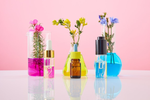 Olejki eteryczne w butelkach. probówka do badań odkrywania leków ziołowych w laboratorium naukowym. kosmetyczny olejek eteryczny do pielęgnacji skóry.