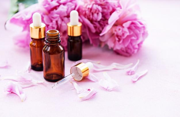 Olejki eteryczne z aromaterapii i różowe piwonie