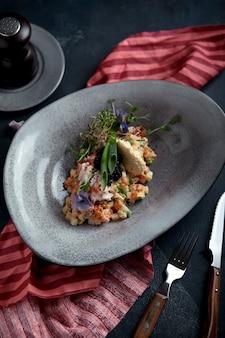 Olivier z mięsem kraba w pięknej misce w formie ostryg