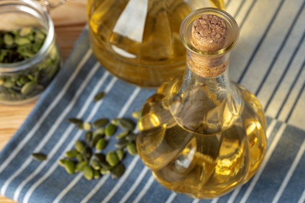 Oliwa z oliwek butelka na drewnianym stole, zamyka up.