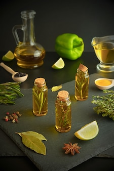 Oliwa z oliwek, cytryna, rozmaryn, tymianek, słodka papryka, ziarna pieprzu, limonka i liść laurowy