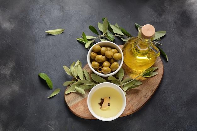Oliwa z oliwek extra virgin, gałązka oliwna i oliwki