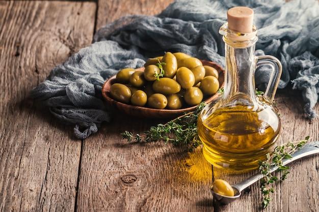 Oliwa z oliwek i miska oliwek