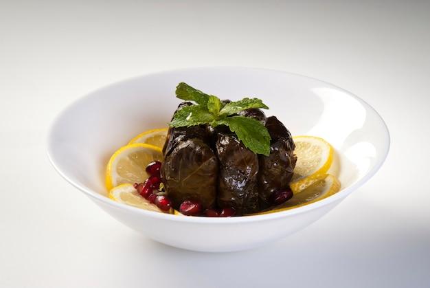 Oliwa z oliwek nadziewana liśćmi na talerzu z warzywami do obsługi koncepcji restauracji z turcji.