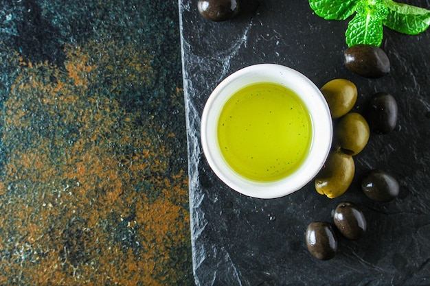 Oliwa z oliwek oliwki tłoczone na zimno
