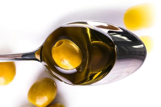 Oliwa z oliwek w łyżce i oliwie