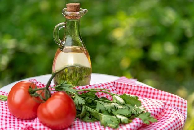 Oliwa z oliwek w szklanym dzbanku w naturze