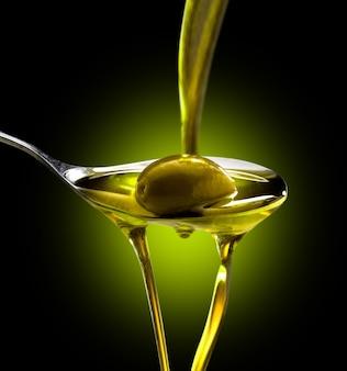 Oliwa z oliwek wlewa się do łyżki we wszystkich postaciach