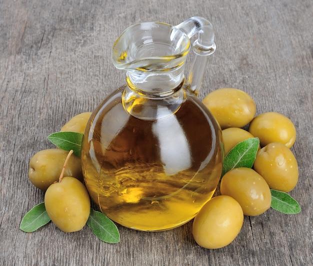 Oliwki i butelka oliwy z oliwek