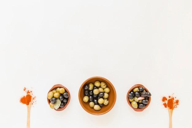 Oliwki w talerzach i przyprawach