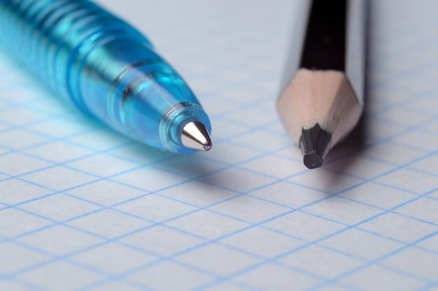 Ołówek i długopis na kwadratowym notesie