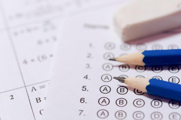 Ołówek i gumka na arkuszach odpowiedzi lub standaryzowany formularz testowy z bąbelkowymi odpowiedziami. arkusz odpowiedzi wielokrotnego wyboru