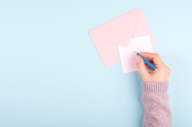 Ołówek i list z kopertą.