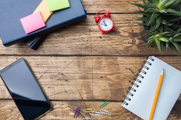 Ołówek i notatnik z spirali na drewnianym stole z teksturą koncepcja biuro i szkoła. selektywna ostrość. skopiuj miejsce.