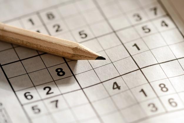 Ołówek leżący na siatce sudoku