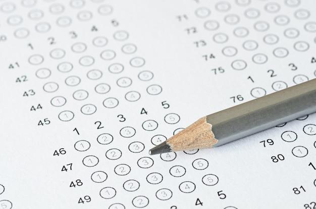 Ołówek na odpieczętowanym arkuszu odpowiedzi