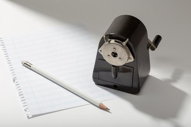 Ołówek, pusty arkusz i vintage temperówka na stole. koncepcja pisania lub pisania