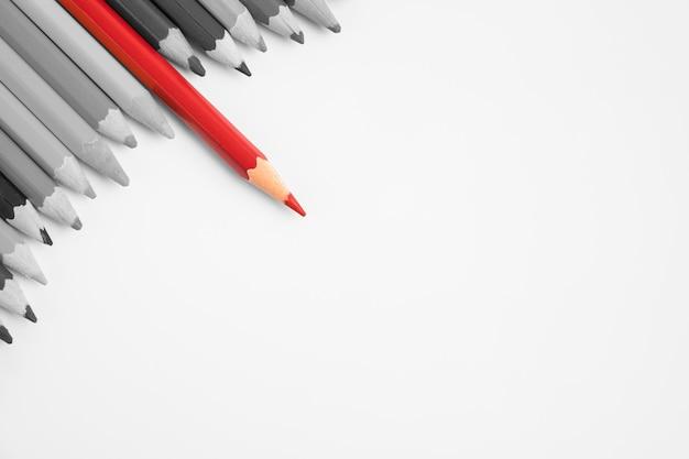 Ołówek w czerwonym kolorze wyróżnia się na tle innych ołówków