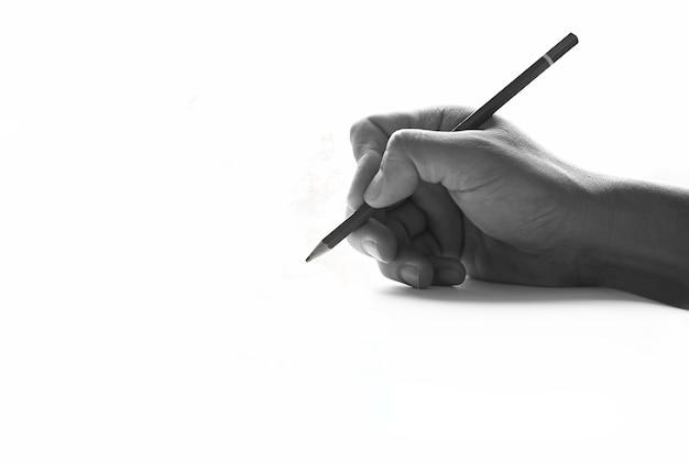 Ołówek w ręku na papierowych sztukach z cieniami w czarny i biały brzmieniu