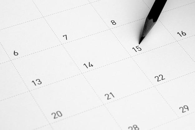 Ołówek wskazuje na 15 w kalendarzu.