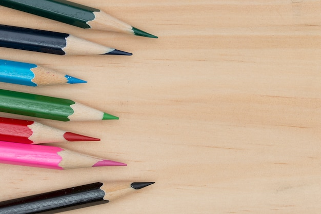 Ołówki barwią na drewno stołu copyspace