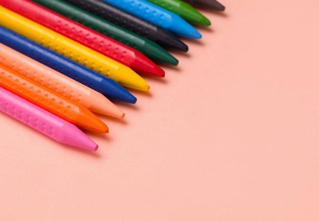 Ołówki do rysowania różnych kolorów.