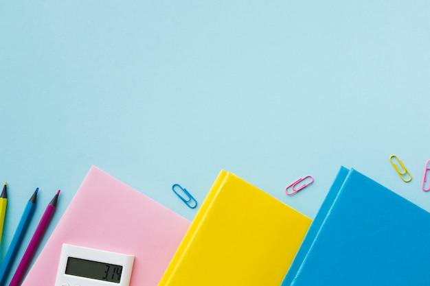 Ołówki i książki kopii przestrzeń