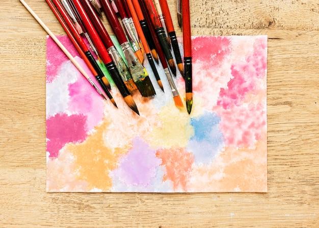 Ołówki i muśnięcia na stole