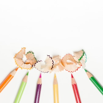 Ołówki i ołówkowi golenia na białym tle