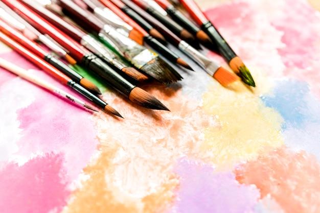 Ołówki i pędzle na biurku