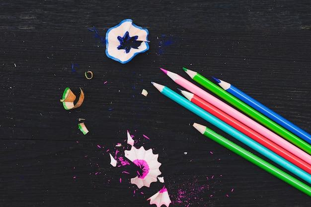 Ołówki i wióry na stole