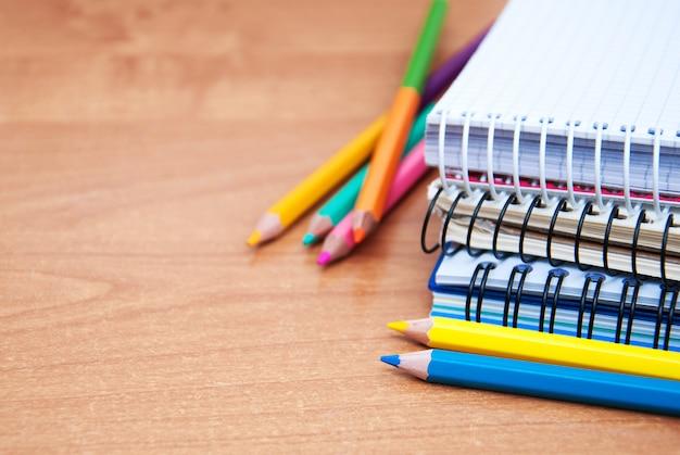 Ołówki i zeszyty