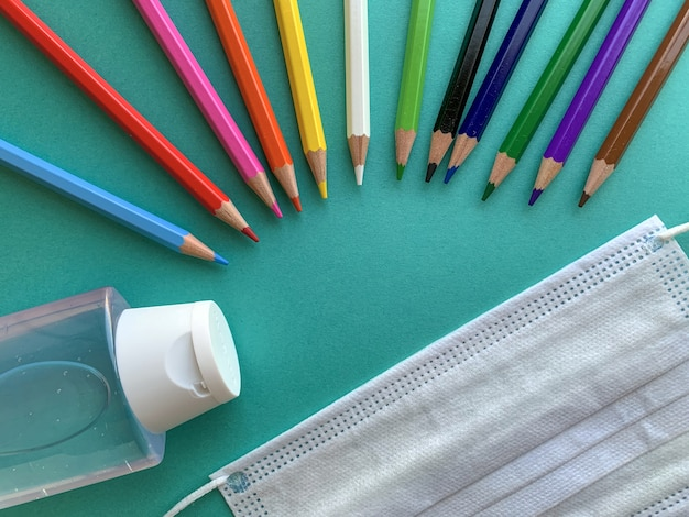 Ołówki, maska i żel