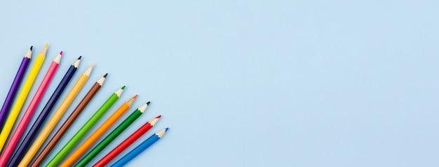 Ołówki na jasnoszarym tle.