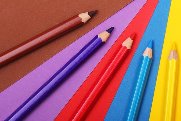 Ołówki na kolorowym papierze