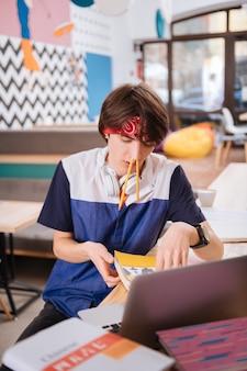 Ołówki w nosie. uczeń robi śmieszne rzeczy przygotowując się do testu