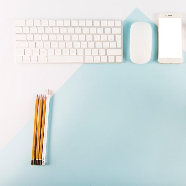 Ołówki w pobliżu urządzeń cyfrowych