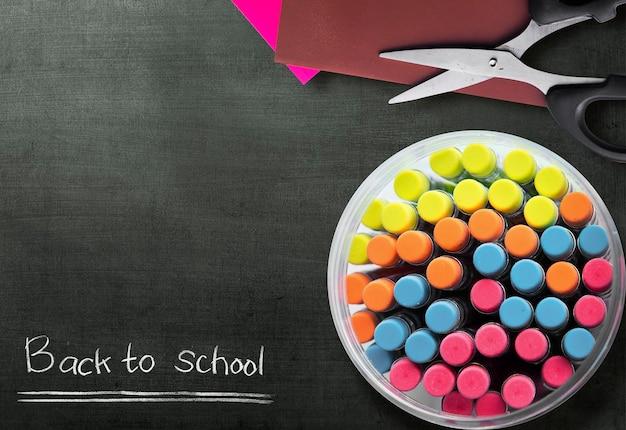 Ołówki w słoiku z czarnym tłem. powrót do koncepcji szkoły