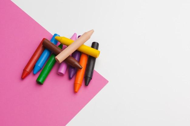 Ołówkowa kredka na jaskrawym różowym tle. koncepcja sztuki