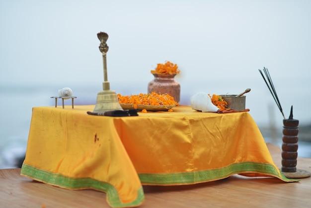 Ołtarz w varanasi na ceremonię ganga aartida z kwiatami, konchą, kadzidłem, codziennie o zachodzie słońca